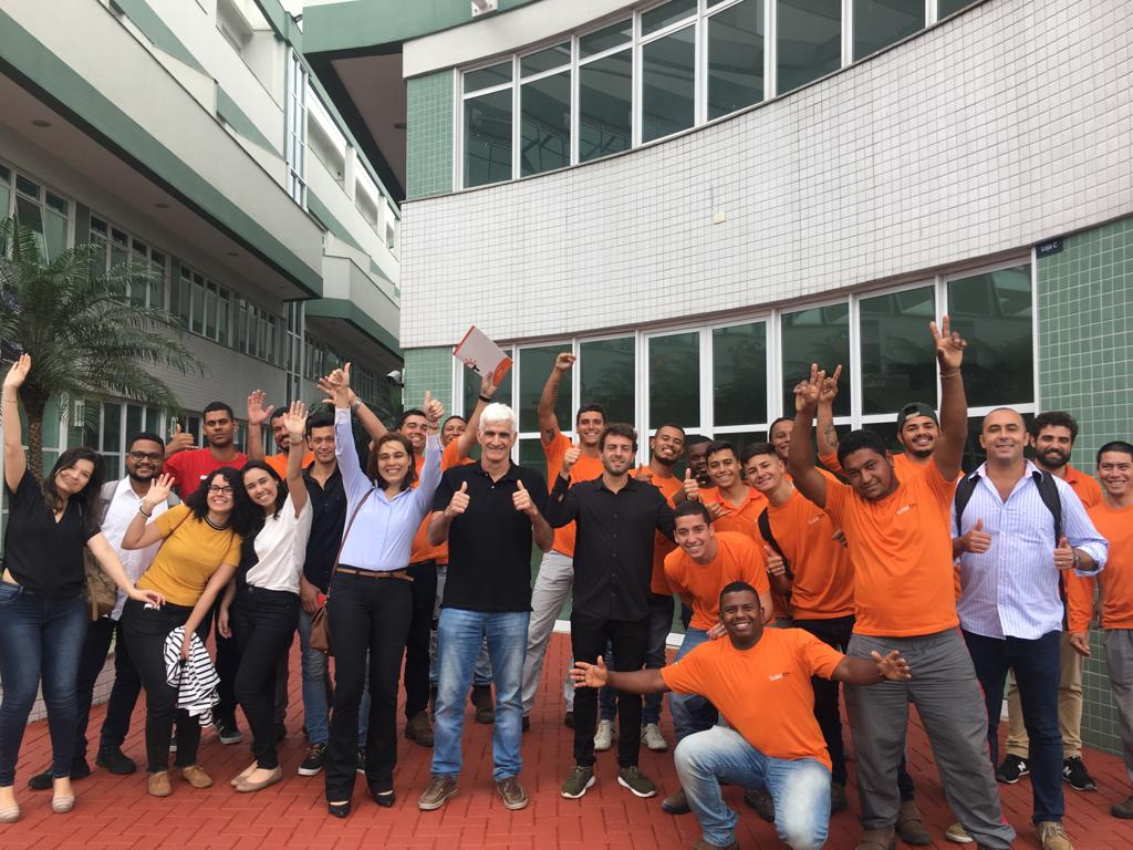 Equipe da SolarOn no pátio do prédio